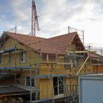 Dachstuhl fertiggestellt und mit Ziegel gedeckt
