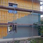 Fassade isoliert, mit Holzrost, Montage mit Farbkontouren
